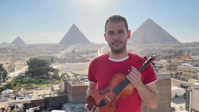 WhatsApp Image 2021 07 22 at 7.29.53 PM - Venezolano puso a Egipto a sus pies con su violín desde la Pirámide Roja (VIDEO)