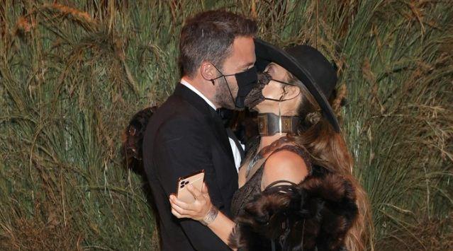 2 39 - El apasionado beso con mascarilla de Jennifer Lopez y Ben Affleck en la MET Gala 2021 (FOTOS)
