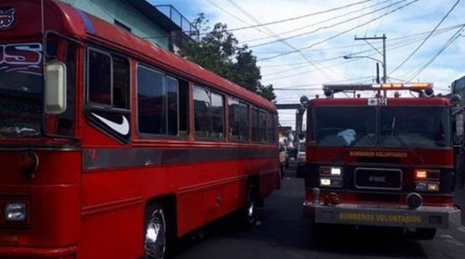 Granada explota dentro de autobús en Guatemala; reportan 7 heridos