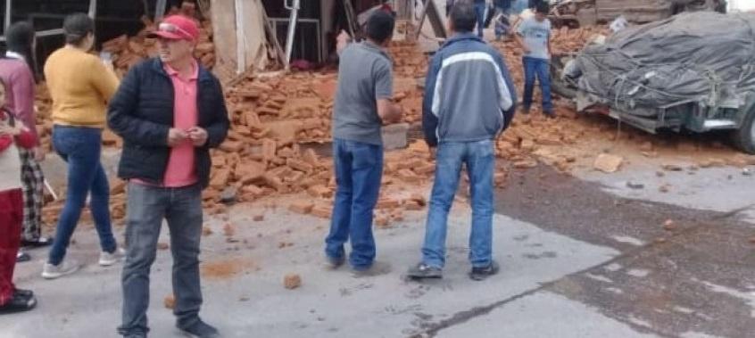 Camión Choca con locales comerciales, deja varios daños materiales
