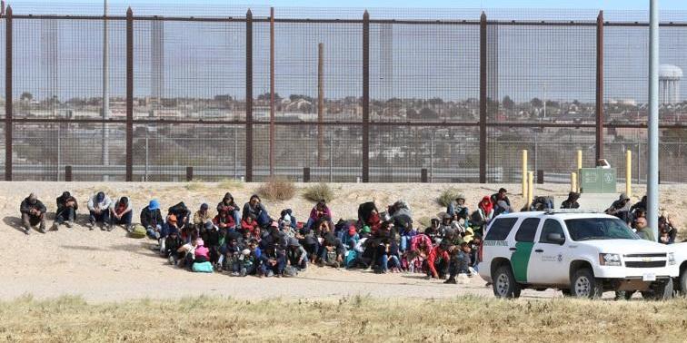 Nuevo grupo de cien migrantes intenta cruzar a El Paso