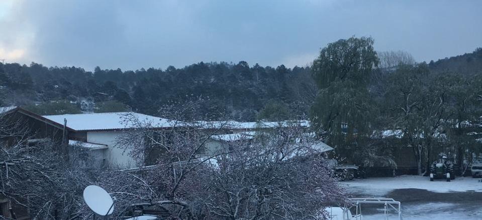 Nieva en diez municipios y cierran tramos carreteros