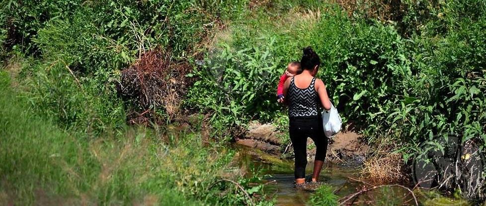 Cruzan migrantes con bebés en brazos por el parque de 'Las Tortugas'