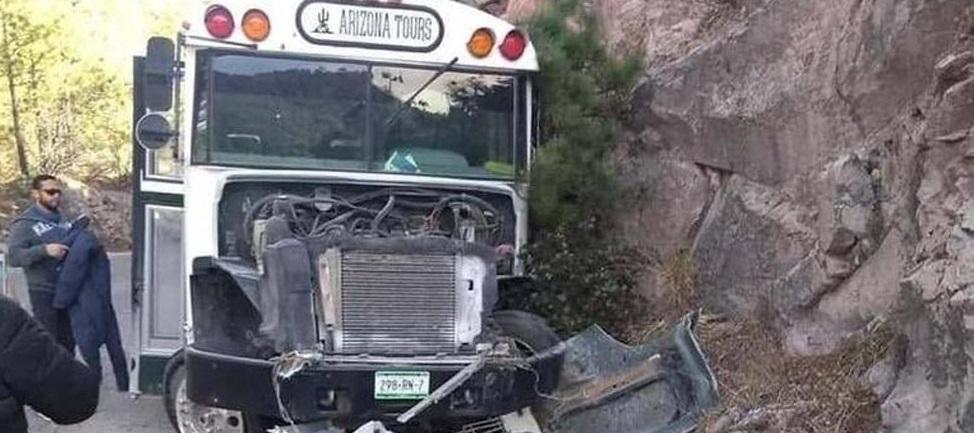 Unidad de transporte de personal de mina San Julián choca contra un cerro