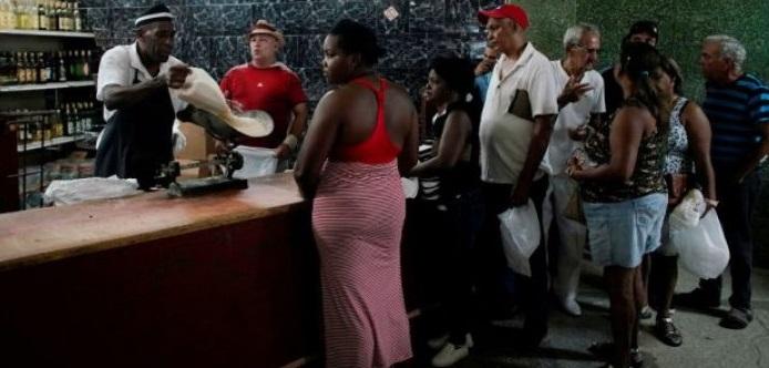 Por crisis económica Cuba restringe venta de alimentos