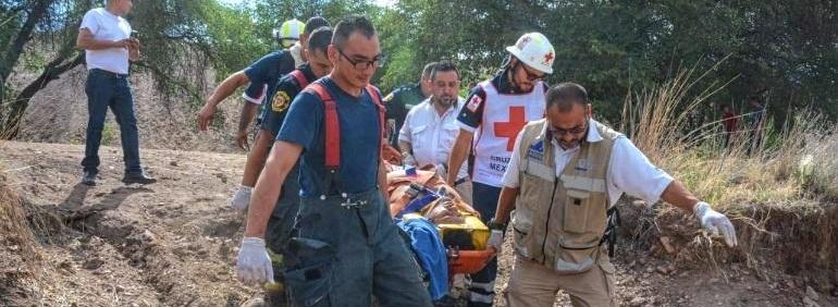 Resbala y cae a barranco en la carretera a Cuauhtémoc; lo rescatan