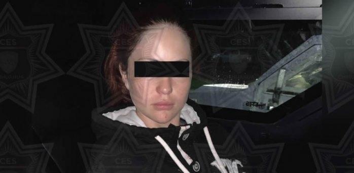 Oficial: detienen a novia de El Jaguar con marihuana, armas y chaleco
