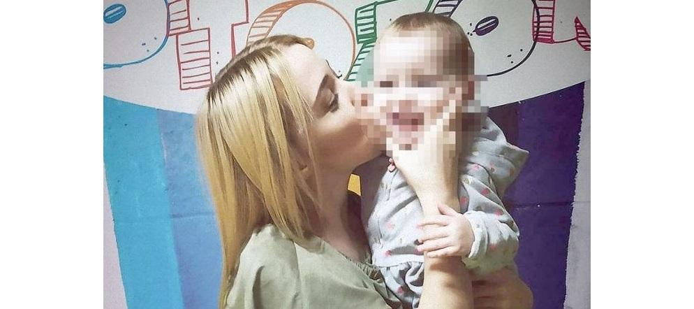 Muere al ser asfixiada por su bebé de 2 años
