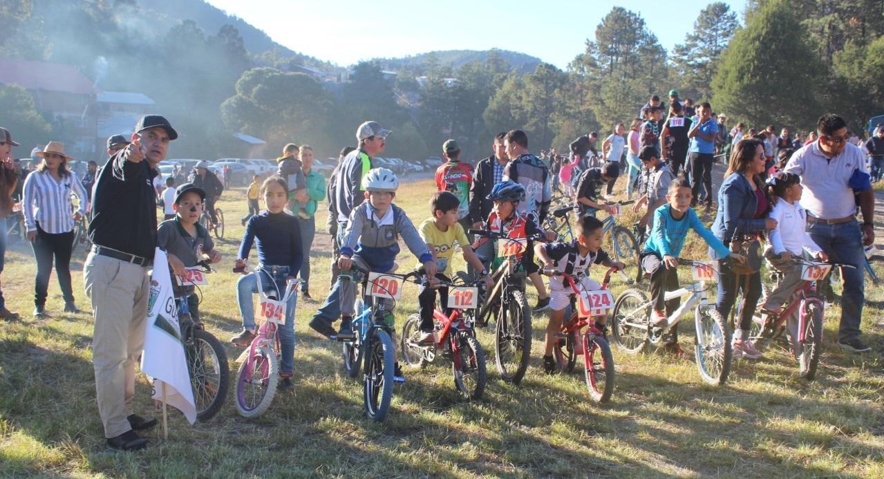 Realizan amena carrera ciclista en Guadalupe y Calvo