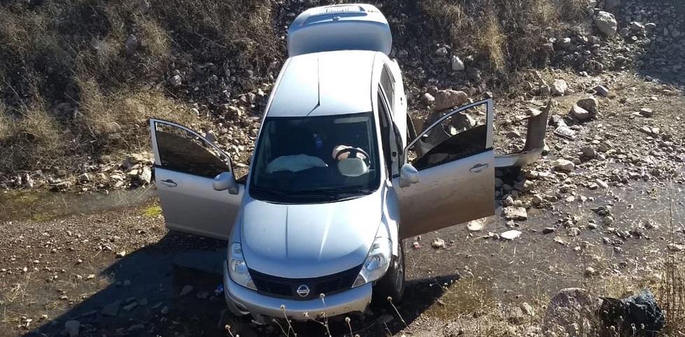Abandonan en Cuauhtémoc vehículo con cargadores y rastros de sangre
