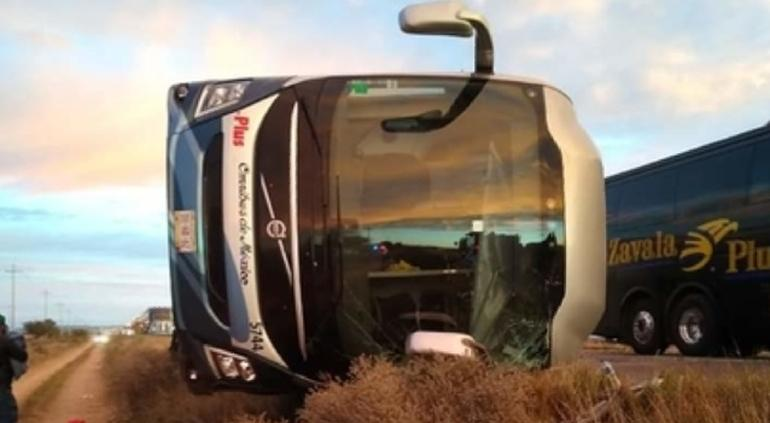 Vuelca camión con chihuahuenses a bordo en Zacatecas; 8 heridos