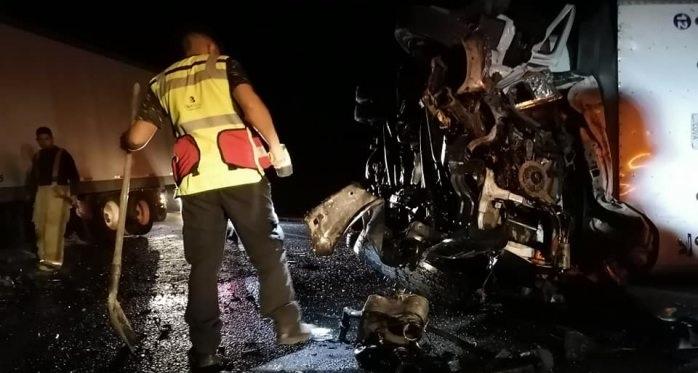 Mueren 2 en encontronazo de camiones, otro queda herido
