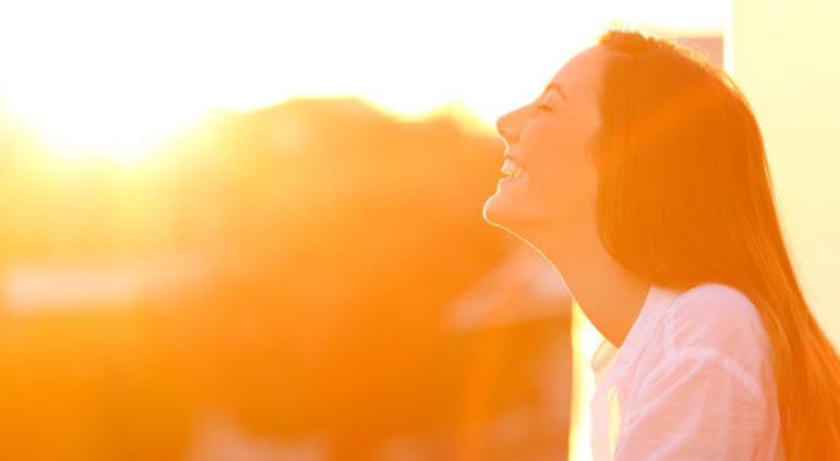 "Falta de ""vitamina del Sol"" sube riesgo de morir por Covid-19: estudio"