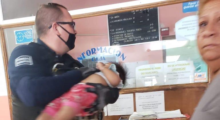 Bebé tomó diésel; policías la llevaron al hospital, en Juárez