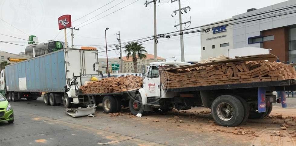 Camiones con más de 4 mil ladrillos chocan y tiran parte de la carga