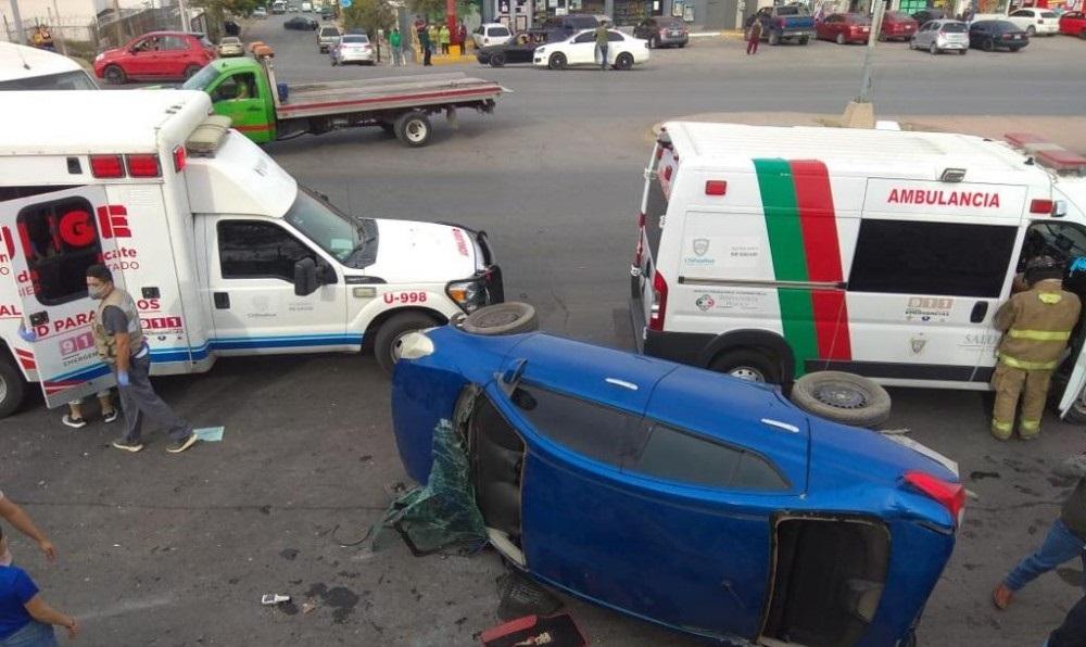 Choque de ambulancia y auto deja tres lesionados