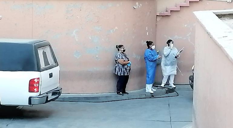 Carrozas hacen fila para recoger a muertos por COVID en IMSS de Juárez