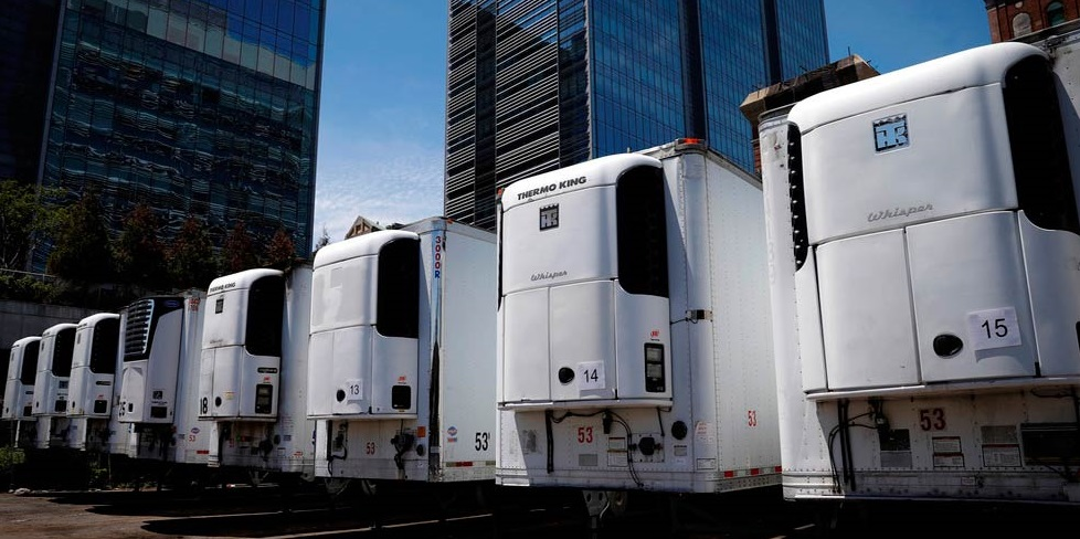Inquietantes imágenes: cientos de muertos por Covid-19 permanecen almacenados en camiones en NY