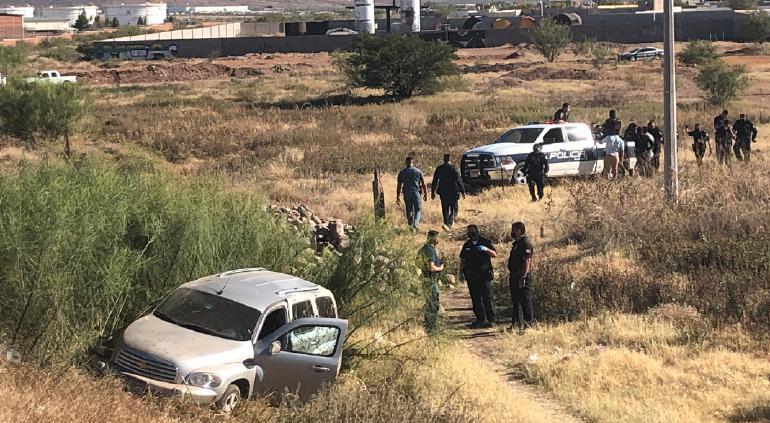 Robaron auto a punta de pistola… vuelcan y ¡los arrestan!
