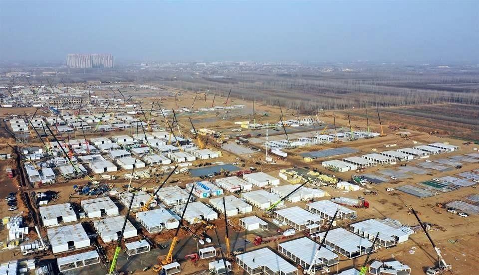 Construye China hospitales por repunte de Covid