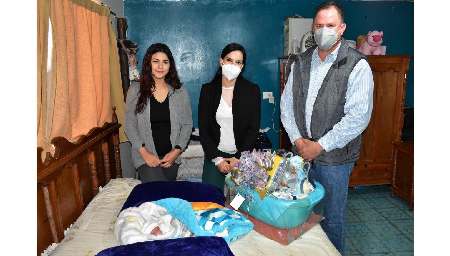 El Municipio entrega obsequio al primer bebe nacido en Parral este 2021.