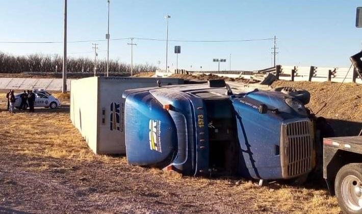 Vuelca camión en la entrada a Jiménez