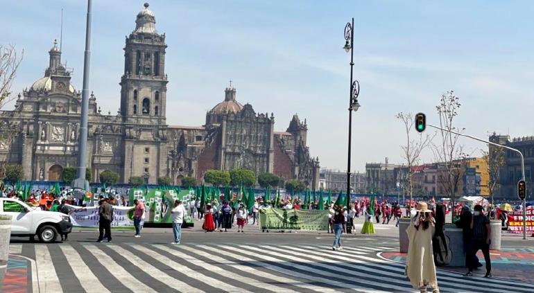"""""""Gobierno, cumpla"""": protestan agricultoras en Palacio Nacional"""