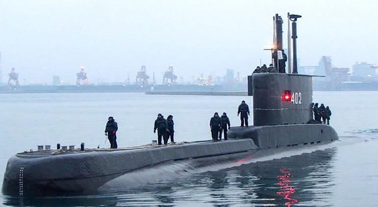 Submarino sufrió grietas con 53 marinos adentro: Indonesia