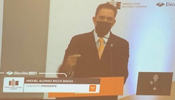 Inicia Miguel Riggs con un saludo cordial y contundente en debate del IEE