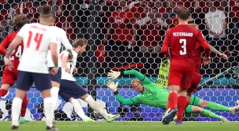 UEFA multa a Inglaterra por uso de láser en partido contra Dinamarca
