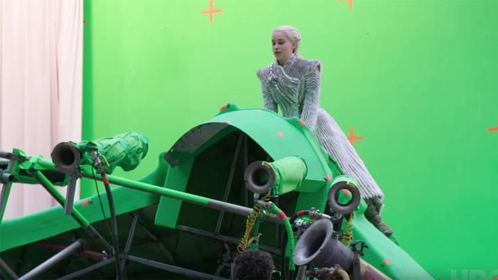 Emilia Clarke a lomos de una estructura que será remplazada por un dragón gracias a los efectos visuales de la serie 'Game of thrones'