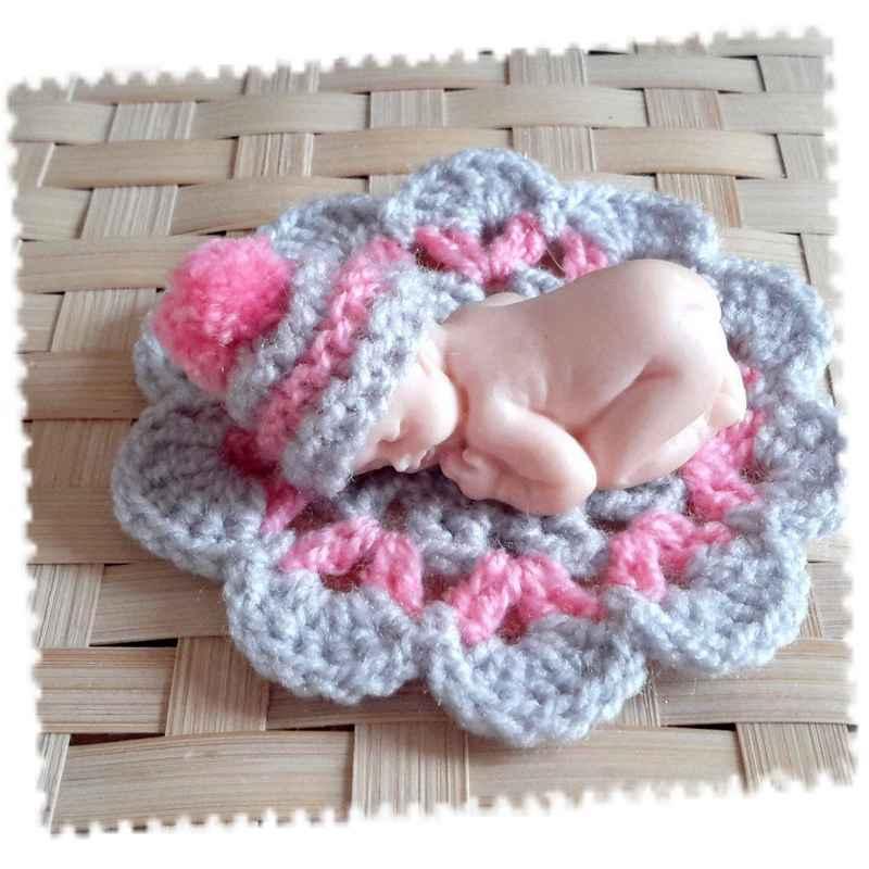 Bonnet miniature avec pompon et tapis gris et rose