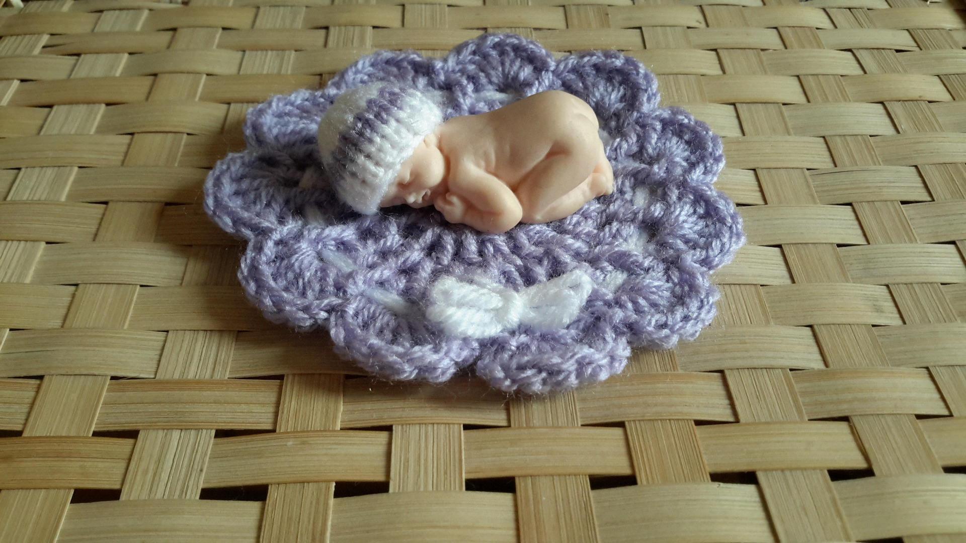 Bonnet miniature et tapis lavande et blanc