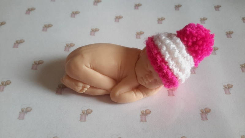 Bonnet pour le grand bébé blanc et fuschia