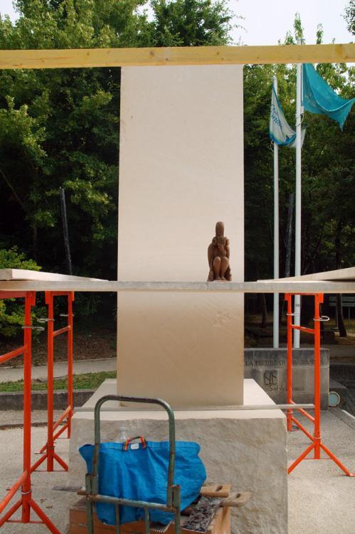 La maquette devant le mégalithe ; il n'a plus qu'à sculpter ! 01-07-2015
