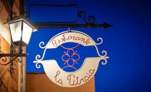 L'originale insegna in ferro battuto del ristorante La Pitraia, presente dalla sua apertura