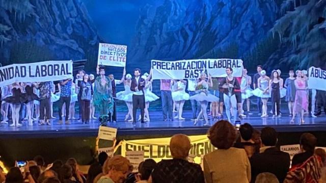 Los bailarines del Colón protestaron en el medio del Lago de los Cisnes