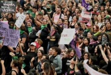 Mexico – Des milliers de femmes dans la rue pour protester contre la police ! (Video)
