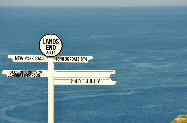 """Land's End: il cartello che segna la """"fine della terra"""" (© L. Clarke/Geograph)."""