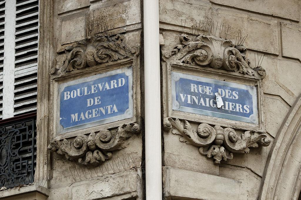 Angle_boulevard_de_Magenta_rue_des_Vinaigriers_(Paris)