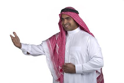 Arabo fa gesto di benvenuto