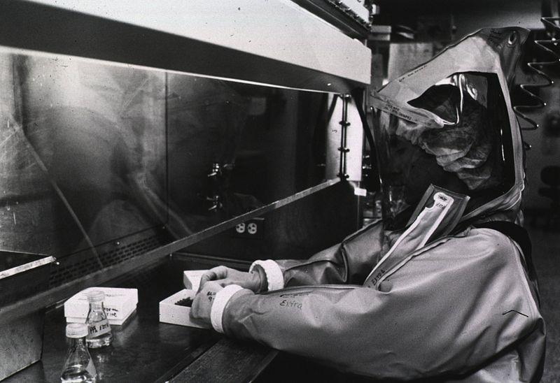 USA,1987: operatore del Centers for Disease Control maneggia agenti biologici in un laboratorio virologico di massimo contenimento.