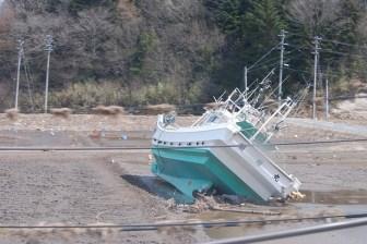 Una imbarcazione portata nell'entroterra dallo tsunami a Namie, nella prefettura di Fukushima.