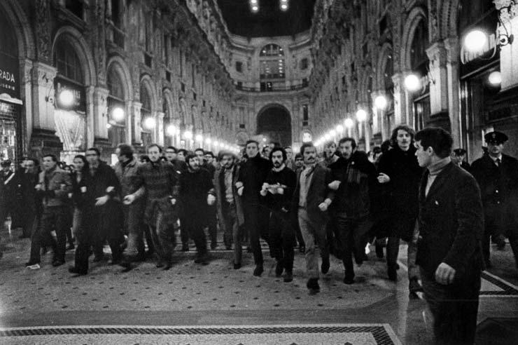 manifestazione del movimento studentesco in galleria Vittorio Emanuele II a Milano nei primi anni '70