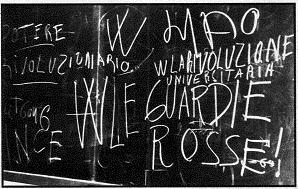 slogan scritti su una lavagna in una scuola