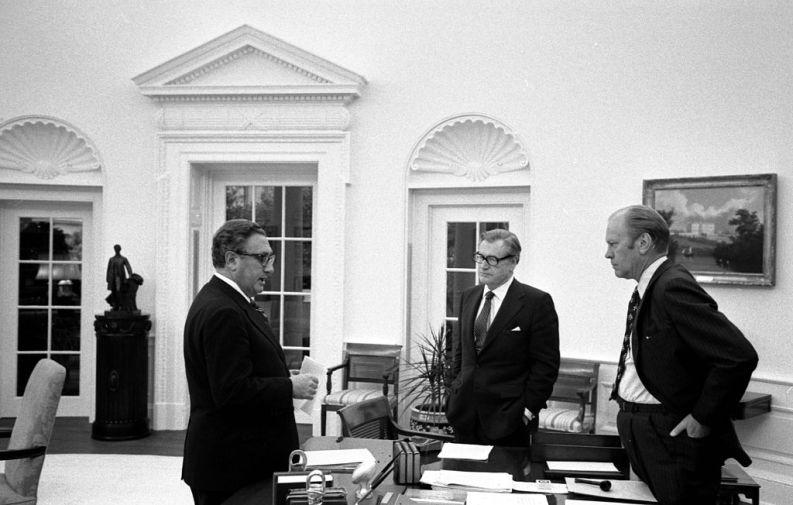 Il presidente Ford (a destra) con il vice presidente Rockfeller (al centro) e il segretario di stato Kissinger nello studio ovale della Casa Bianca, mentre discutono dell'evacuazione di Saigon il 28 aprile del 1975.