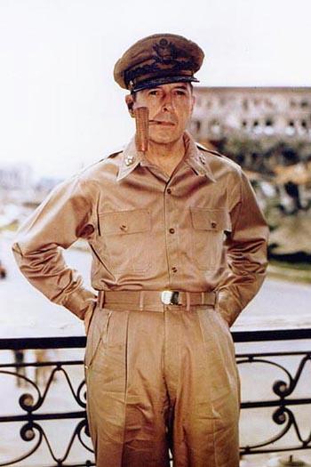 Douglas MacArthur a Manila nel 1945
