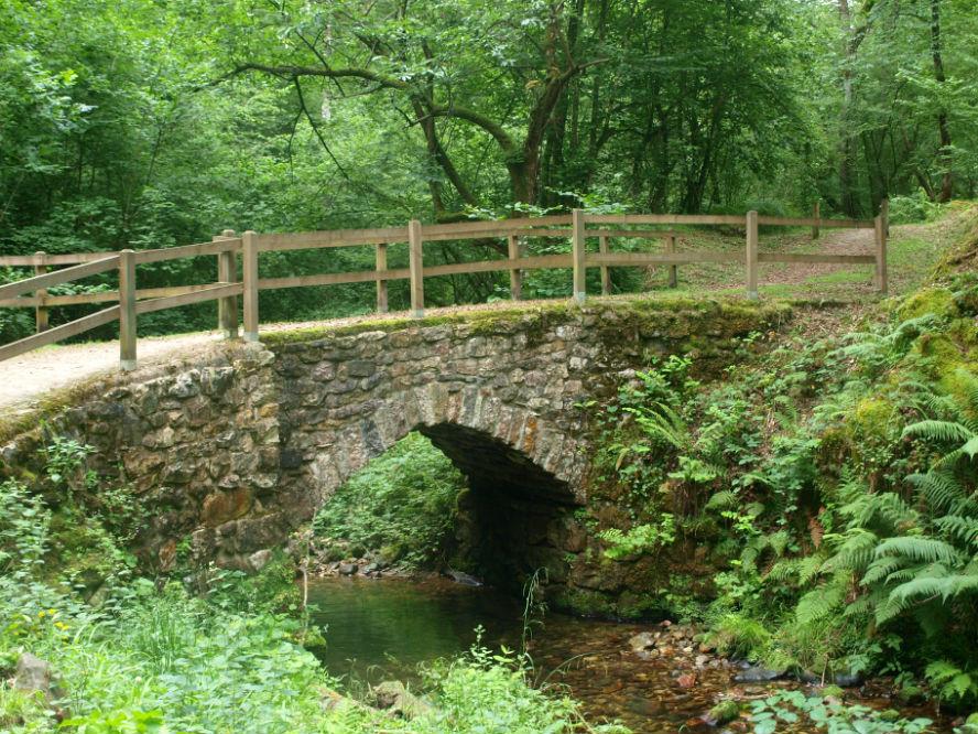 El Puente de Piedra hacia El Chorrón, Villamayor