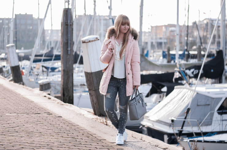 how-to-wear-stan-smith-adidas-sneaker-white-pastel-for-autumn-winter-rosequarz-parka-pink-jacket-zara-outfit-ruffle-blouse-destroyed-denim-modeblogger-strand-beach-scheveningen-hafen-7