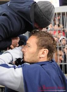 ++ Calcio: Roma va sotto curva,e Totti 'tratta' con ultrà ++